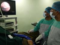 """عدن: دكتور """"الشعبي"""" ينفرد بعمليات إعادة بناء الرباط الصليبي باستخدام تقنية المنظار الجراحي"""