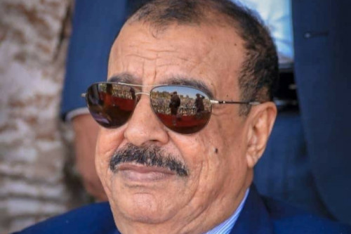 اللواء بن بريك يُعزي في وفاة العميد حسن محمد القطيبي