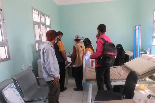 مدير مكتب الصحة بمديرية الأزارق بالضالع  وضابط الصحة في منظمة إنقاذ الدولية يزوران المركز الصحي بتورصة