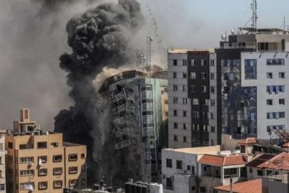 غارة إسرائيلية تدمر مبنى سكنيا يضم مقار وسائل إعلام عالمية منها الجزيرة والأسوشيتدبرس