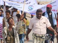 مسيرة احتجاجية غاضبة في الخوخة تنديدا بإعدام المليشيا 9 مواطنين في صنعاء