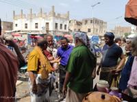 مدير عام زنجبار ينفذ نزول ميداني إلى سوق زنجبار ويطالب أصحاب المحلات التجارية بمزاولة نشاطهم